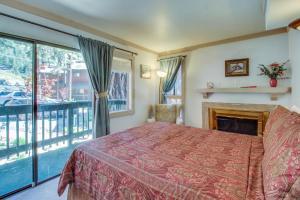 Cama o camas de una habitación en Saddle Road Condo
