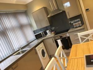 A kitchen or kitchenette at Llys Bedw - Birch Court