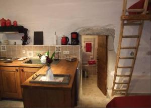 A kitchen or kitchenette at Le Domaine du Grand Cellier Gîtes Appartement en Savoie