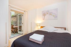 A bed or beds in a room at Stunning two bedroom Apartment