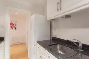 A kitchen or kitchenette at Stunning two bedroom Apartment