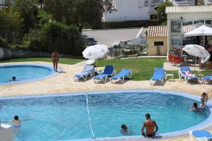 A piscina em ou perto de Apartamentos Santa Teresinha