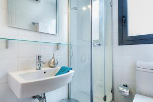 A bathroom at Apartments Barcelona & Home Deco Eixample