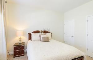 Un ou plusieurs lits dans un hébergement de l'établissement Four Bedroom Brier Rose Holiday Home 10