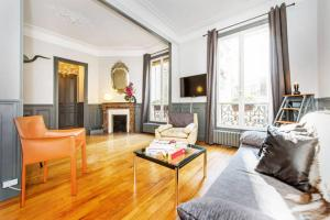 A seating area at Large apartment between Montmartre and Opéra
