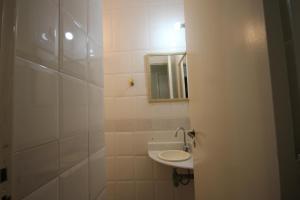 A bathroom at GoHouse Ronald 1003