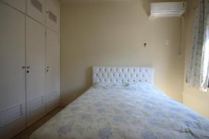 A bed or beds in a room at GoHouse Ronald 1003