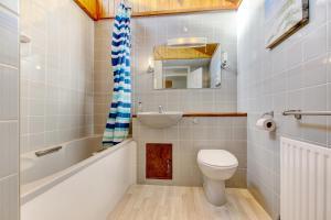 Ein Badezimmer in der Unterkunft 2 Bedroom House with City View