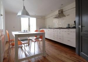 A kitchen or kitchenette at Apartment Waagzicht