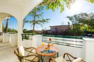 Een balkon of terras bij Trefon Apartment Hotel