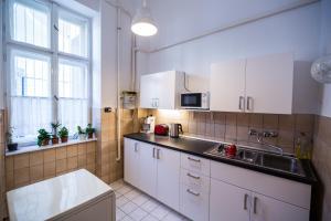 A kitchen or kitchenette at Logement Sous le Château