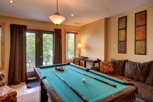 A pool table at Chalet Grand Manitou