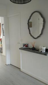 A kitchen or kitchenette at Appartement 10 min gare St-Lazare