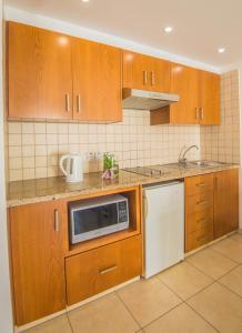Кухня или мини-кухня в Alva Hotel Apartments