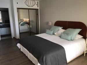 A bed or beds in a room at Atlantic View 2- Apartment with pool and sea view