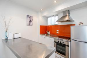 A kitchen or kitchenette at Modern and cozy 2 bedroom apartment in Auckland CBD