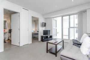 A seating area at Modern and cozy 2 bedroom apartment in Auckland CBD