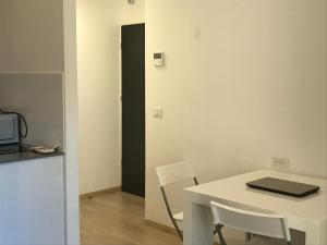 A kitchen or kitchenette at BBA - Brand New 1BR in RavKook7
