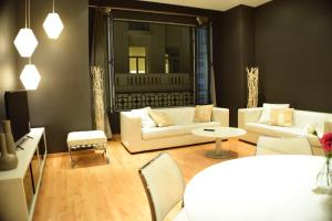 A seating area at Madrid Suites Gran Via
