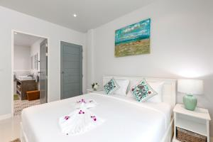 A bed or beds in a room at Kamala Beach House - 1 min walk to beach