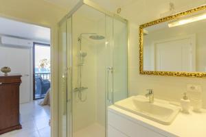 A bathroom at Royal Lux Ocean View Apartament Las Americas