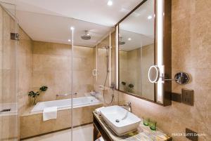 A bathroom at Fraser Suites Dalian