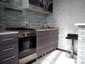 Кухня или мини-кухня в Апартаменты на Патриотов 50Б