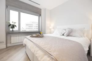 A bed or beds in a room at Torre de Madrid Executive - MADFlats Collection