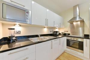 A kitchen or kitchenette at Denison Deluxe Apartments
