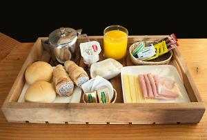 Breakfast options available to guests at Apart Hotel Quillango