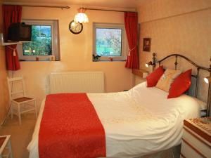 A bed or beds in a room at Croft Cottage