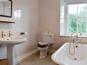 A bathroom at ROUNDHILL COTTAGES 1