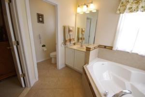 Salle de bains dans l'établissement 8539 Emerald Island 6 Bedroom Villa