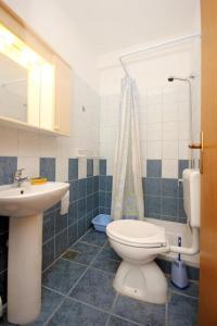 A bathroom at Apartment Trpanj 10180c