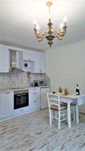 A kitchen or kitchenette at Glorious Apartment near City Center
