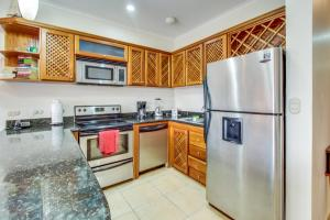 A kitchen or kitchenette at La Paloma Blanca C3