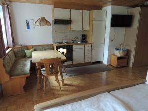 Küche/Küchenzeile in der Unterkunft Appartements Karin Mitten im Grünen
