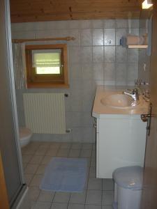 Ein Badezimmer in der Unterkunft Appartements Karin Mitten im Grünen
