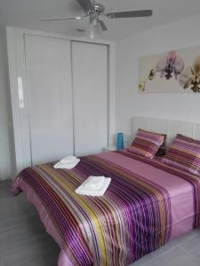 A bed or beds in a room at Apartamento Corralejo Feeling