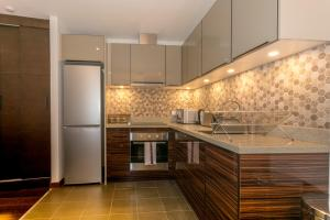 A kitchen or kitchenette at CDP Apartments -106 Queen Victoria