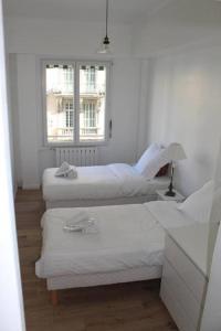 A bed or beds in a room at Nice Plein Centre, Calme et Proche de la mer