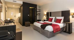 A bed or beds in a room at Odalys City Paris XVII