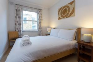 A bed or beds in a room at 1 Bedroom Apartment in Notting Hill Accommodates 2