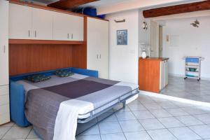 A bed or beds in a room at Menton nella vecchia città con vista mare