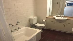 A bathroom at Apartment Pyrmont St Darling Harbour GO942