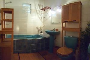 "A bathroom at ""Feet in water"" TROIS-ILETS appart de charme"
