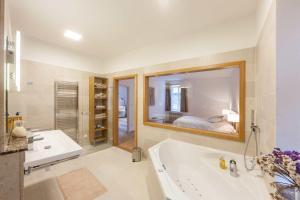 A bathroom at Latron 98