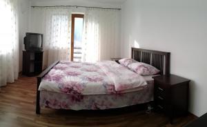 Un pat sau paturi într-o cameră la Vila Dodel