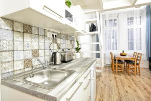 A kitchen or kitchenette at Five Seasons Apartments