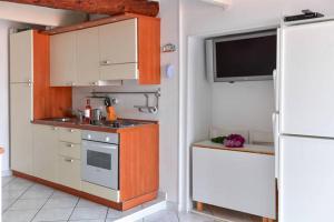 A kitchen or kitchenette at Menton nella vecchia città con vista mare